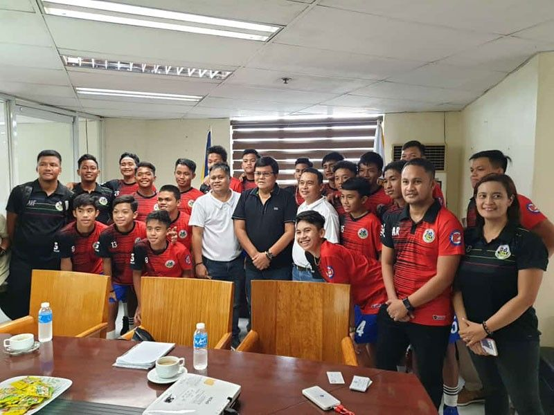 COURTESY CALL. Mayor Edgar Labella (center) meets Central Visayas Football Association president Rodney Orale (to Labella's right) and members of the Boys 15 team during a courtesy call. (Contributed Photo)