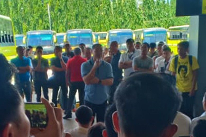 BACOLOD. Leo Rey Yanson talking before the drivers and other employees of VTI at the North Terminal, Friday. (Teresa D. Ellera)