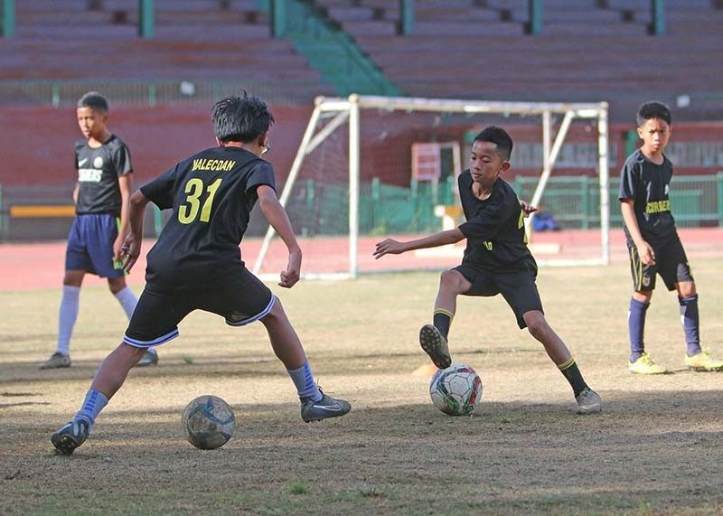 BAGUIO. Baguio booters hone their dribbling skills at the Baguio Athletic Bowl. Local coaches expressed their optimism that grassroots sports will further develop with the eyed creation of a National Sports Academy. (SunStar Baguio file photo)