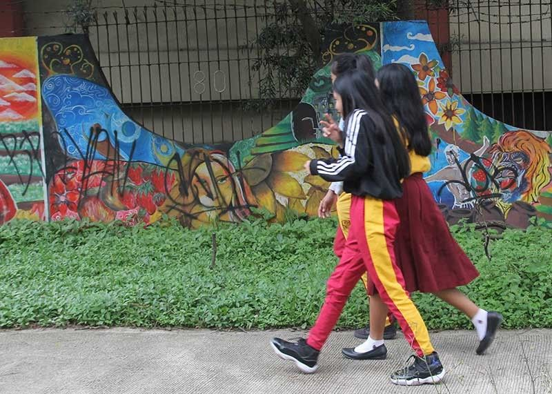 BAGUIO. Students from Baguio City National High School take a stroll during their free time. In Benguet Province, wearing of skirt uniform in all Benguet public schools is suspended as a precautionary measure due to the increasing number of dengue cases. (Photo by Jean Nicole Cortes)