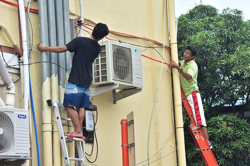 DAVAO. Gipang-ilisan sa mga technician ang mga karaang linya sa kable ug mga pipe sa likod sa Davao City Hall kagahapon subay sa nagpadayon sa pagpanindot sa karaang building nga usa sab ka historical building ngari sa dakbayan. (Macky Lim)