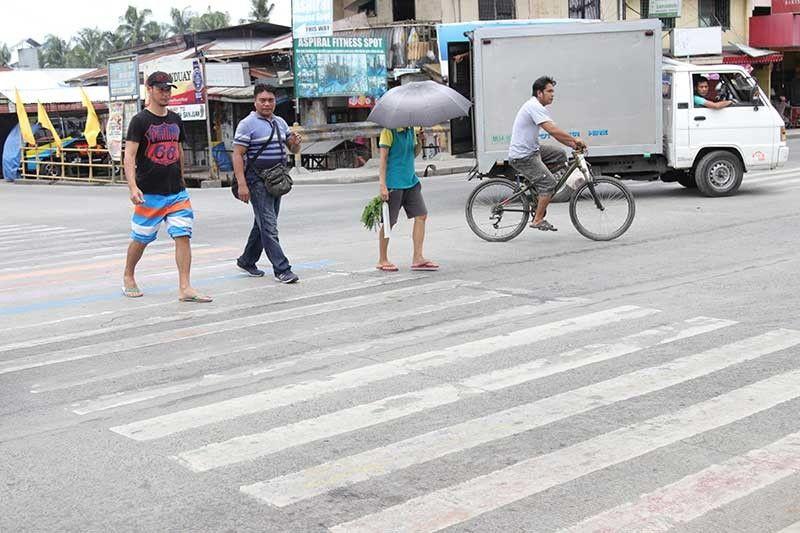 DAVAO. Kini maoy nahitabo sa LGBTQ pride pedestrian lane nga nahimutang sa Barangay Lapu-Lapu, Agdao, siyudad sa Davao pipila ka adlaw lamang ang milabay sukad sa pagpamintura niini. Wala nag dugay ang mabulokong pedestrian lane tungod kay