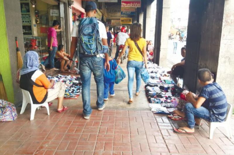 HUMANE DEVELOPMENT. The campaign of Mayor Isko Moreno to clear the streets of Manila, long congested with vendors, should include relocating the vendors and planning the integration of the informal sector to the economy. (file foto)