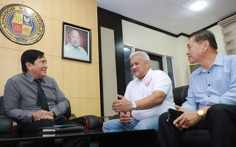 """PAMPANGA. Angeles City Mayor Carmelo """"Pogi"""" Lazatin Jr. gets a courtesy call from Dr. Reghis Romero II (left) and former Salapungan village chairman Rey Malig (right) last Friday, July 26, 2019. Lazatin has reappointed Romero as board of director of the Angeles City College. (Chris Navarro)"""