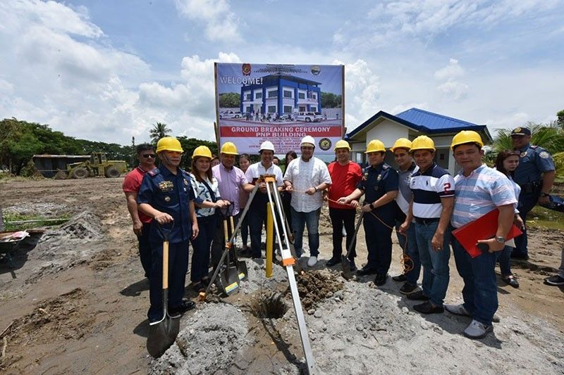 """PAMPANGA. Fourth District Rep. Juan Pablo """"Rimpy"""" Bondoc, Governor Dennis """"Delta"""" Pineda, Mayor Rene Maglanque and PPPO director Colonel Jean Fajardo lead Friday's groundbreaking ceremony for the construction of a new municipal police station in Candaba town. Joining them are Board Member Pol Balingit, Vice Mayor Michael Sagum and councilors. (Photo by Jun Jaso)"""