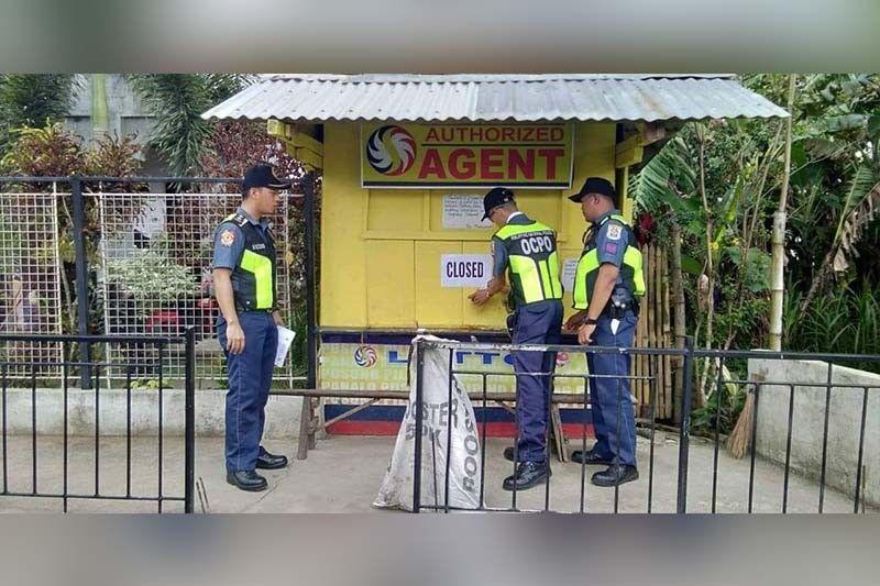 GIPANGSIRHAN: Mga pulis sa Ormoc City ug uban mga dapit sa Leyte mingseguro sa pagsira sa mga outlet sa lotto, small town lottery (STL) ug uban pang mga outlet sa duwa sa Philippine Charity Sweepstakes Office (PCSO) human momando si Presidente Rodrigo Duterte. (Tampo sa Ormoc City Police)