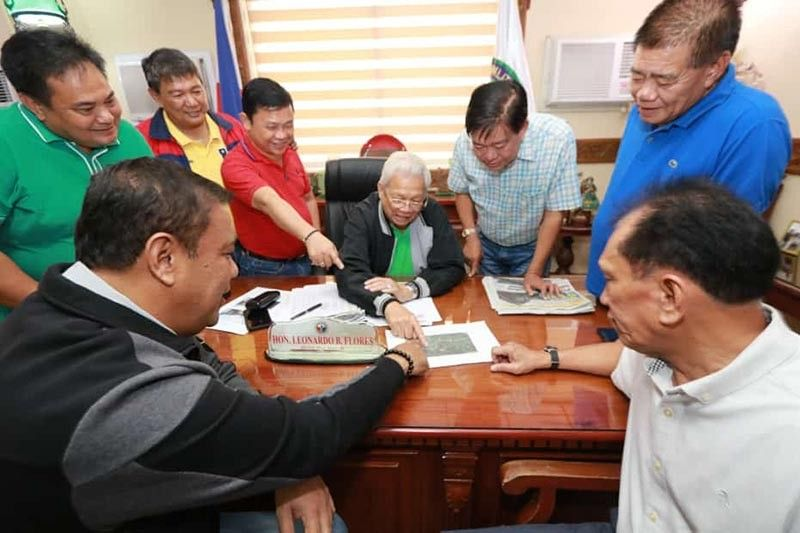 PAMPANGA. Minalin Mayor Edgar Flores (right), Masantol Mayor Dan Guintu (left) and Macabebe Mayor Bobong Flores (center), together with Board Member Pol Balingit and other stakeholders, are asking for the fast-tracking of flood control projects being implemented by Hanjin. (Chris Navarro)