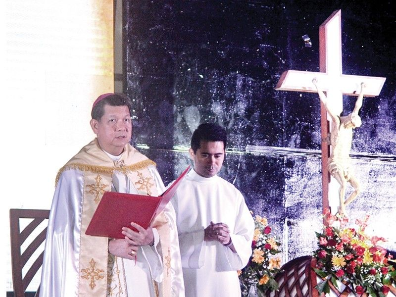 Bishop Dennis Villarojo (left) says his last mass as auxiliary bishop of Cebu during his sendoff ceremony at the IC3 Convention Center in Cebu City on Tuesday, July 30, 2019. He is now the bishop of the Diocese of Malolos, Bulacan.  <B>(Arni Aclao)</B>