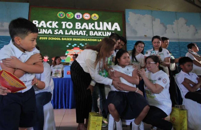 Government doctors conduct massive vaccination on school children during the official launching o of the Department of Health's Back to Bakuna program at the Don Vicente Rama Memorial Elementary School in Barangay Basak, Cebu City earlier today. (Sunstar photo/ Amper Campaña)