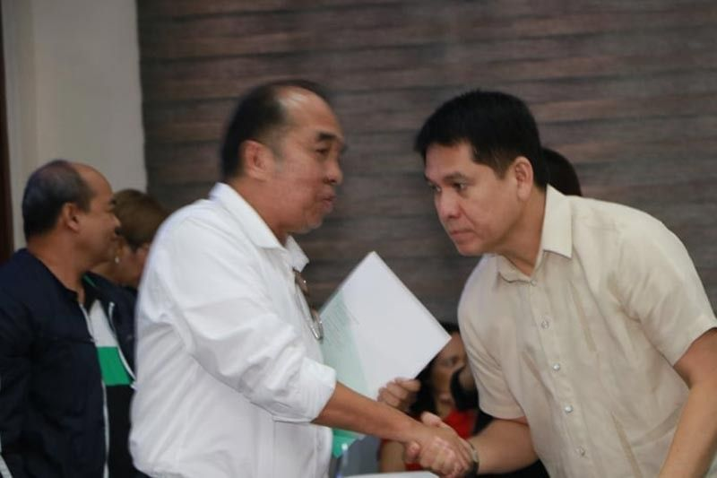 PAMPANGA. National Telecommunications Commission Regional Director Azor Sitchon (L) is welcomed by Deputy Majority Floor Leader Councilor Jay Sangil during the legislative inquiry of Converge's billing scheme Tuesday, July 30, 2019. (Chris Navarro)