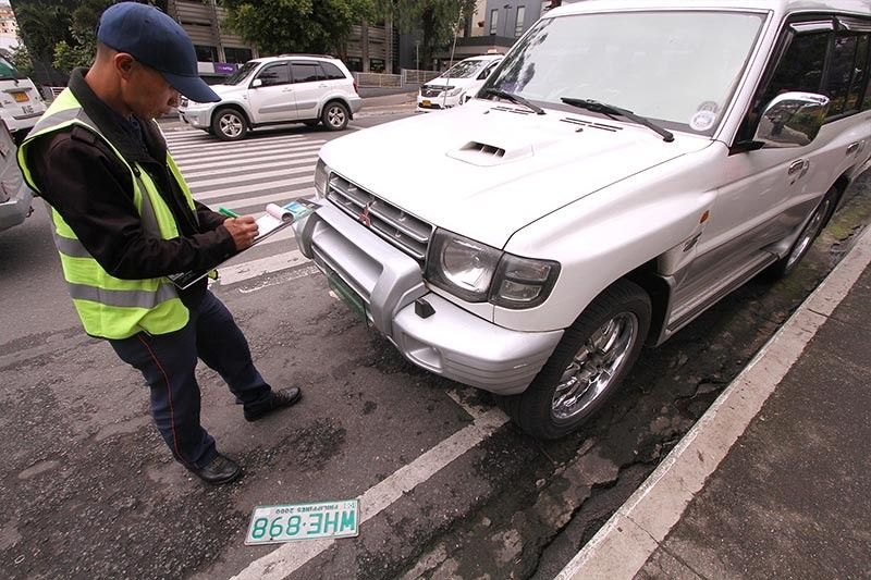 BAGUIO. A local traffic enforcer in Baguio carries out orders to clear a road of traffic obstruction as part of the city's renewed effort to decongest major thoroughfares. (Jean Nicole Cortes)