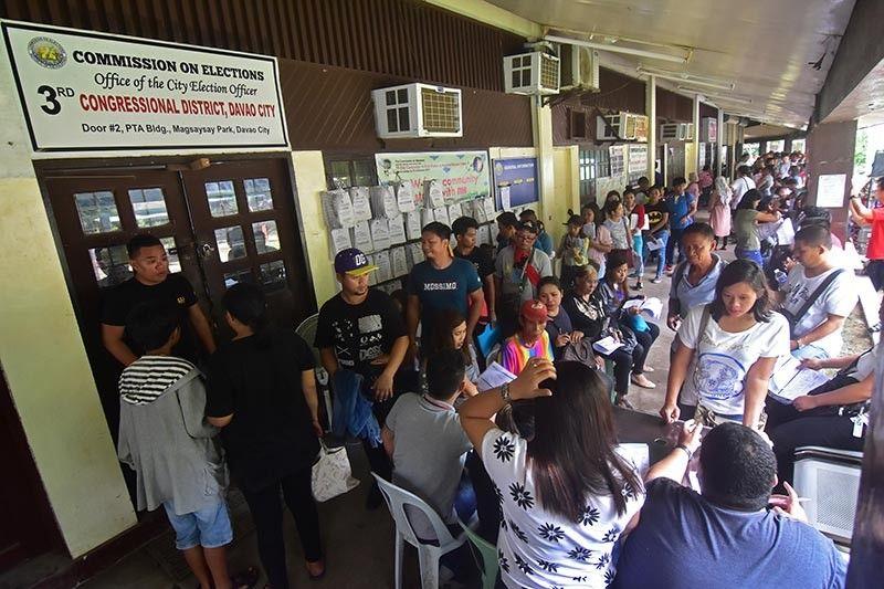 REHISTRO. Gidagsa sa gatusan ka mga Dabawenyo ang opisina sa Commission on Election 11 sa Magsaysay Park, Davao City atol sa unang adlaw sa voter's registration kagahapon. (Macky Lim)