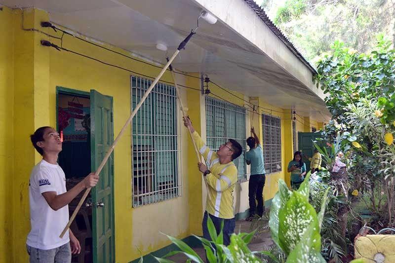 GIPINTALAN og bag-o sa mga miboluntaryong kawani sa APO ang tulunghaang elementarya sa Naalad diha sa Tinaan, Dakbayan sa Naga. (Tampo)