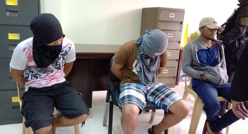 Pormal nang gipa-atubang sa Cebu Provincial Prosecutor's Office sila Danny Harold Tancinco, Ronnie Herebias ug Marlon Basalo, duha ka adlaw human sila gisikop sa kapulisan sa lungsod sa Badian. Ang tulo ka lalaki nasikop sa usa ka beach resort human kini sila gidudahan nga mga miyembro sa New People's Army. (Sunstar photo/ Wenilyn B. Sabalo)