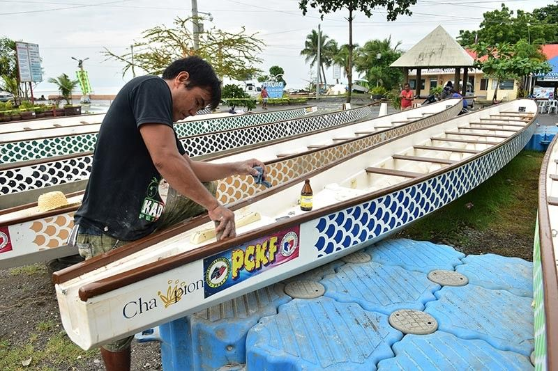 DAVAO. Gipanindot sa lalaki ang mga sakayan isip pagpangandam aron gamiton atol sa Kadayawan Dragon Boat Festival sa Agosto 10 hangtud 11, 2019 sa Sta. Ana Pier sa dakbayan sa Davao. (Macky Lim)