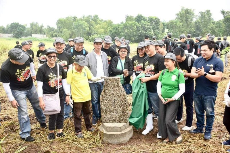 SMB Bacolod Brewery management led by plant manager Dante Patrimonio and City Environment Officer Max Sillo lead the unveiling of the marker together with partners. (Contributed photo)