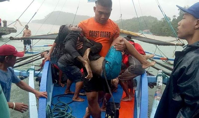 ILOILO. In this photo provided by the Philippine Coast Guard, coast guard rescuers carry a victim alive after being plucked from the waters off Guimaras Sunday, August 4, 2019, in Iloilo. (AP)
