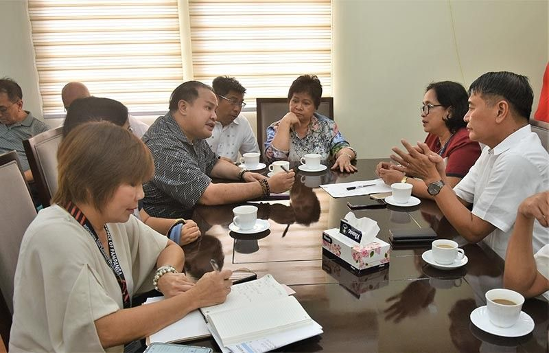 "PAMPANGA. Governor Dennis ""Delta"" Pineda, Vice Gov. Lilia ""Nanay"" Pineda, 3rd District Board Member Jun Canlas, and PDRRMO head Angie Blanco in a discussion with NFA Provincial Manager Julieta Aurora Orias and DA Regional Director Cris Bautista. (Photo By Jun Jaso)"