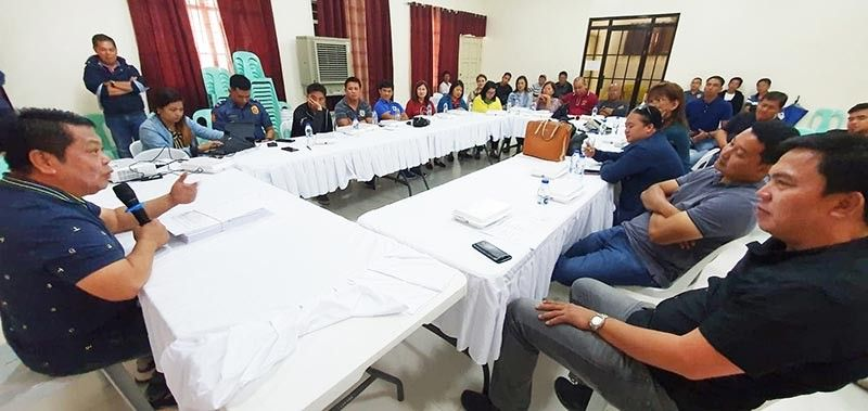 "PAMPANGA. Bacolor Mayor Eduardo ""Diman"" Datu meets with barangay chairmen to remind them that the local government will no longer allow new poultry businesses. (Photo by Chris Navarro)"