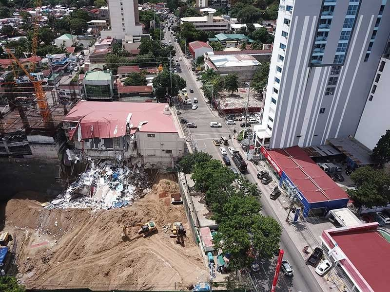 FALL AFTER DIG. A portion of the building where the Social Security System used to hold office on Gorordo Ave. in Brgy. Kamputhaw, Cebu City collapsed on Monday, Aug. 5, 2019. The Office of the Building Official has issued a cease and desist order against Suarez Construction Company over the incident. (SunStar Photo/Allan Cuizon)