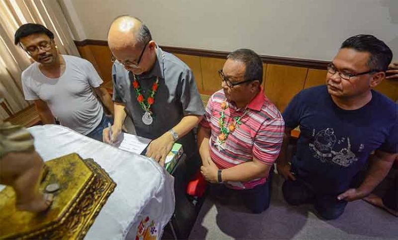 CEBU. (From left) Msgr. Raul Go, Msgr. Camilo Alia, Fr. Joseph Stephen Anore and Fr. Ulysses Desales, new members of the pastoral team of the Cebu Metropolitan Cathedral, sign a declaration of intent to serve the new parish. (Arni Aclao)