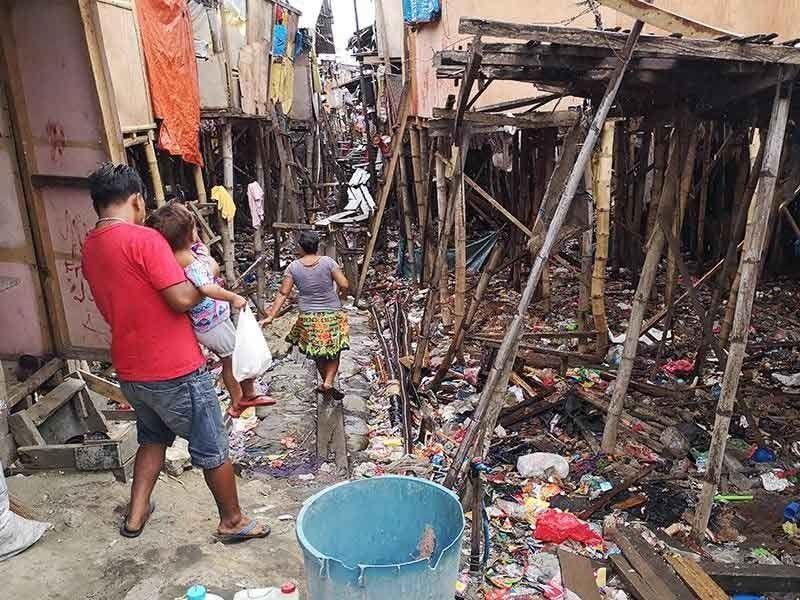 MANGLIMPYO: Usa sa mga maayong paagi batok sa dengue mao ang pagpanglimpyo. Sagad sa mga dapit nga naigo sa dengue mao ang mga dapit nga hugaw. (File)