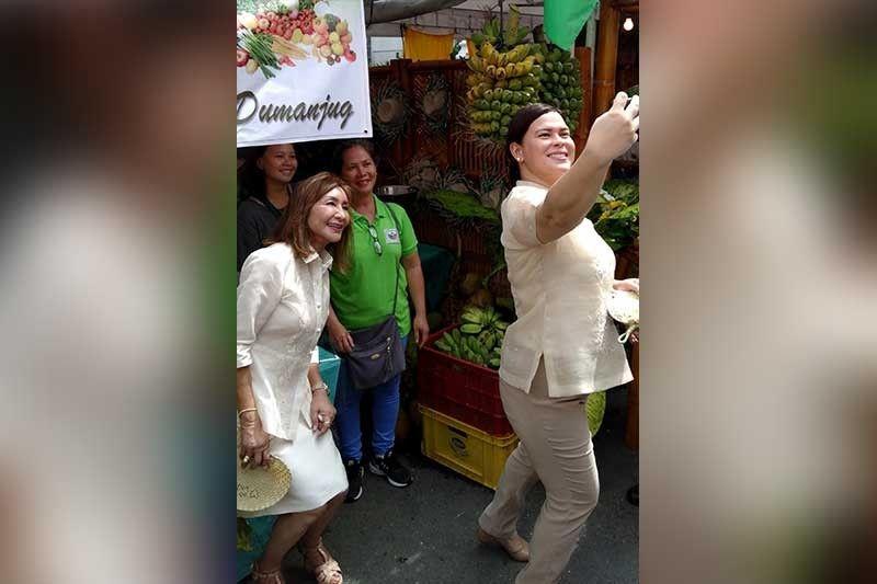 Bisan pa sa subsob nga mga kalihukan, sila si Garcia ug Carpio nakahigayon sa pag selfie. (Alan Tangcawan)