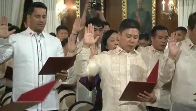 MANILA. Ormoc City Mayor Richard Gomez (left) and Maasin City Mayor Nacional Mercado (center) take their oath of office as newly elected officers of the League of Cities of the Philippines in Malacañan Palace, August 6, 2019. (Contributed photo)