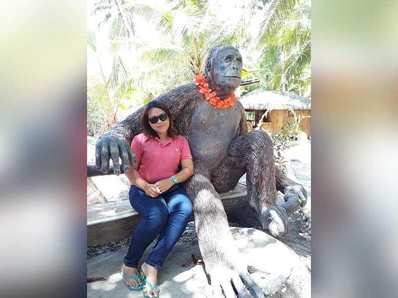 GORILLA WITH SHEILA: Usa lang kini sa mga statue animals nga lakip sa atraksiyon sa resort diin kining tigsuwat magpahulagway sa life-size gorilla. (Hulagway kuha ni Sheila C. Gravinez)