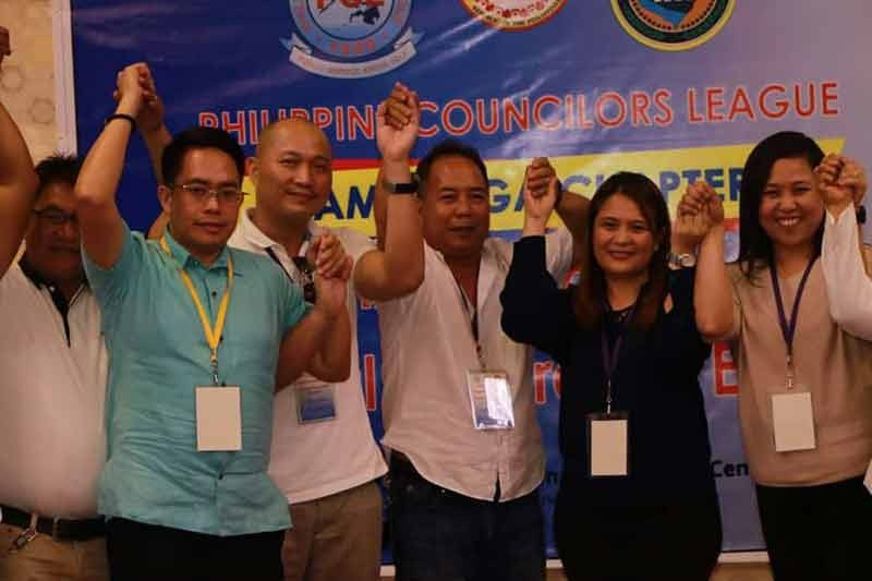 PAMPANGA. DILG Pampanga Dir. Mervi Favia proclaims Councilor Venancio Macapagal as the newly-elected President of the Pampanga Councilors League (PCL) together with Vice President Celestino Dizon, Treasurer Joel Samia and other officers. Macapagal will have a seat at the Sanggunian Panlalawigan as ex-officio board member. (Chris Navarro)