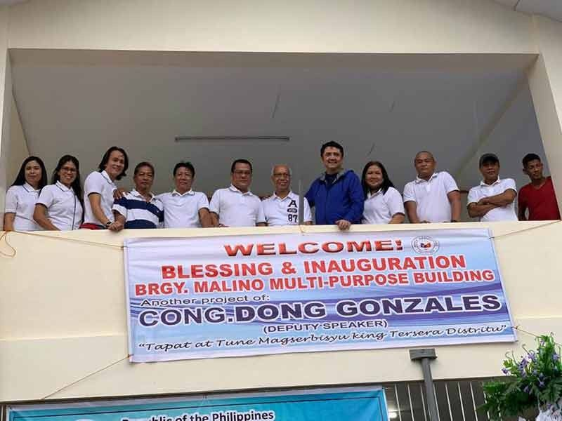 PAMPANGA. Deputy Speaker Aurelio Gonzales leads the inauguration of the new Malino multi-purpose building with Barangay Captain Rod Sunga, former Brgy. Captain Nilo Neri and other officials. (Photo by Ian Ocampo Flora)