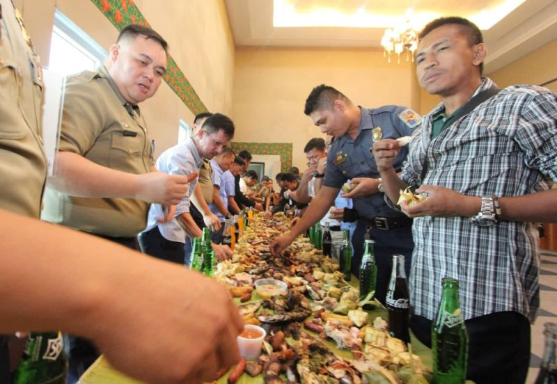 CHOW TIME. Graduates of the Explosive Ordnance Recognizance Training have a boodle fight to celebrate the end of the five-day activity. (SunStar photo/Amper Campaña)