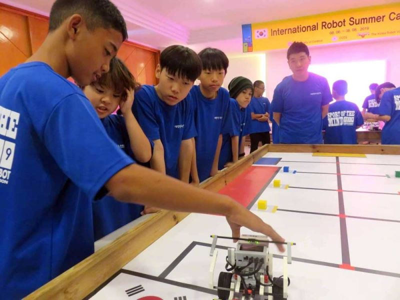 START THEM YOUNG.  The Korean Robot Volunteer Team wants to stimulate international exchanges and boost the promotion of robot education to other countries like the Philippines. (SUNSTAR FOTO / ALLAN CUIZON)