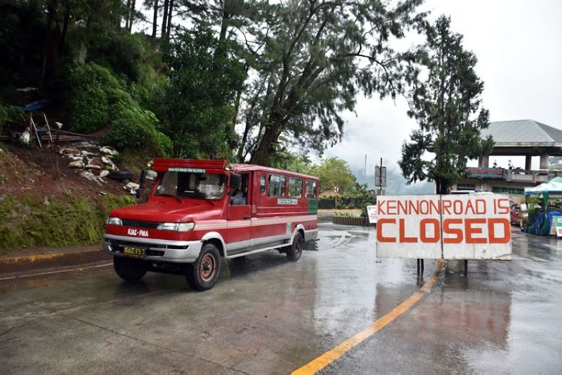 BENGUET. Kennon Road is closed to both residents and non-residents, but a window is given to homeowners in the area particularly students and employees to allow them to pass through the landslide-stricken area going to Baguio City or the nearby towns of Benguet. (Photo by Redjie Melvic Cawis)