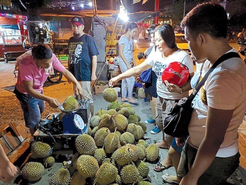 Nagpasad nalang ang durian sa matag eskena sa Davao City ug mapalit nalang sa barato nga presyo matag kilo. Ang maong prutas modagsa panahon sa Kadayawan sa Davao matag Agosto. (Macky Lim)