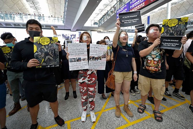 HONG KONG. Protesters wear eyepatch during a protest at the arrival hall of the Hong Kong International Airport in Hong Kong, Monday, August 12, 2019. (AP)