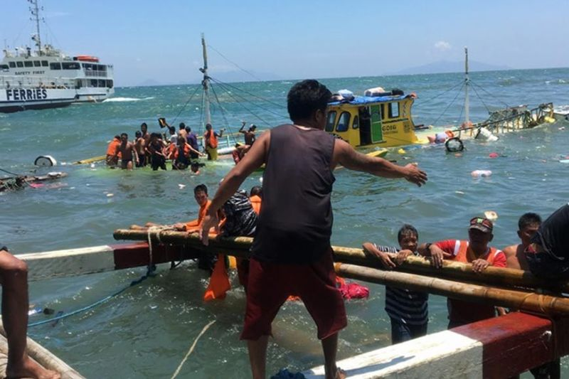 SAMAR. Passengers scramble for safety as their boat capsized off Samar waters Monday, August 12, 2019. All 52 passengers and seven boat crew were rescued by the Philippine Coast Guard and other rescue units. (Photo courtesy of Analyn Calimbo)