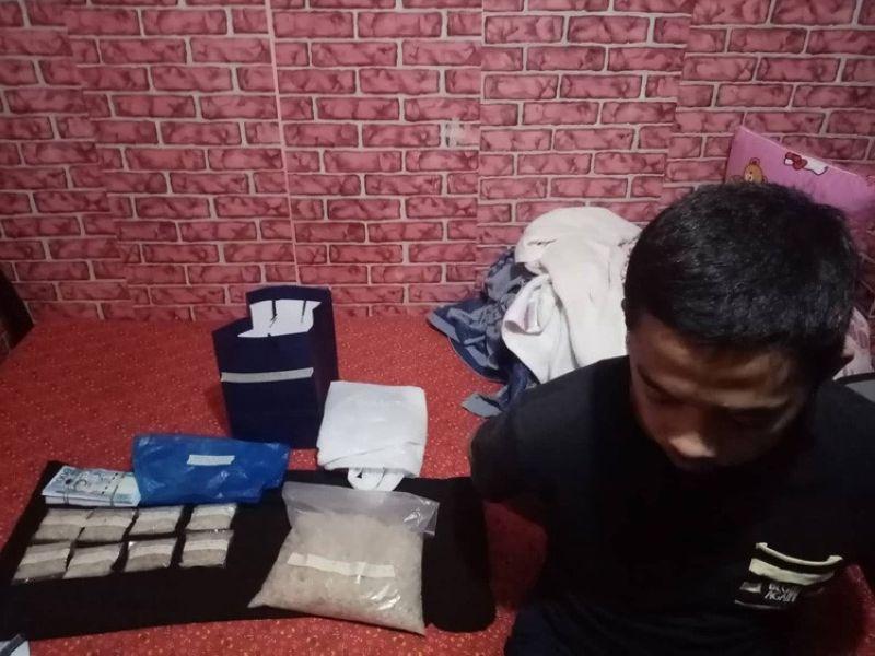 Moabot sa 1.2 kilos o mokabat sa P8.1 milyon nga gidudahang shabu ang nasakmit gikan ni Raffy Abaya (too) human kini nasikop sa mga sakop sa kapulisan sa Drug Enforcement Group-Central Visayas, Cebu City Police Office (CCPO) ug Philippine Drug Enforcement Agency (PDEA) 7 sa usa ka buybust operation sa Sitio Villa Remedios, Barangay Kalunasan, siyudad sa Sugbo kaganihang alas 5 sa hapon, Agosto 13, 2019. (SunStar photo/ Arnold Y. Bustamante)