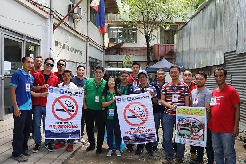MISUROY: Ang mga kawani sa Department of Health (DOH) 7 ug Bureau of Quarantine (BOQ) 7 nga ningsuroy sa duol nga dapit sa ilang buhatan sa dakbayan sa Sugbo aron pagpalambo sa 'No Smoking Policy.' (Tampo)