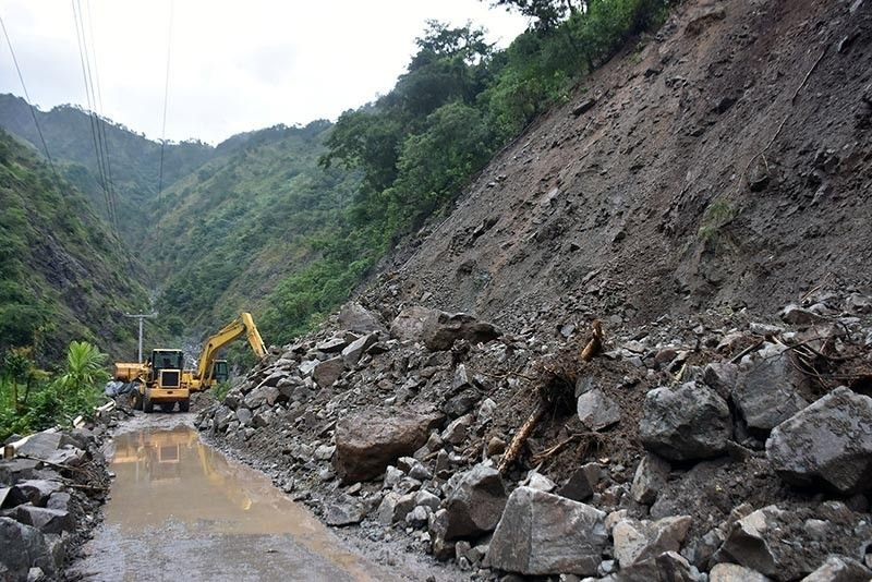 BENGUET. As rains continue at Baguio City and Benguet, public work employees continue clearing operations along Kennon Road particularly at the landslide affected area in Camp 5, Tuba, Benguet. (Photo by Redjie Melvic Cawis)