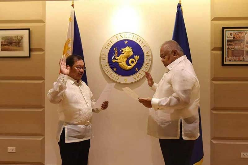 MANILA. Secretary Emmanuel Piñol takes his oath of office as Mindanao Development Authority (MinDA) chairperson before Executive Secretary Salvador Medialdea on August 14, 2019. (Photo from Manny Piñol)