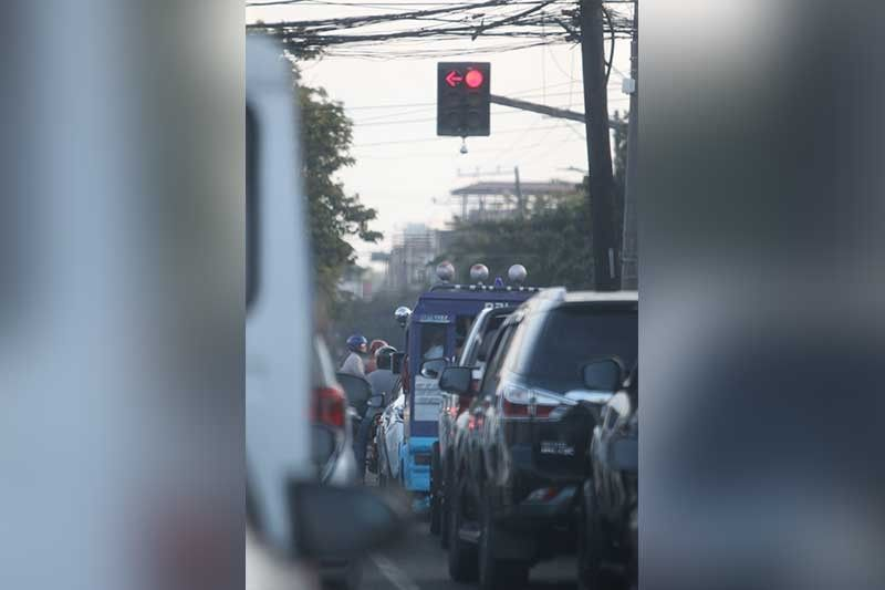 KARAAN NA: Ang Siyudad sa Sugbo, giilang harang dakbayan sa habagatan, nalupig sa iyang silingan nga mga dakbayan kay duna na silay digital nga traffic light system. Ang Cebu City nagmantinil pa sa karaang sistema nga nataud mga 30 ka tuig na ang nakalabay. (Alex Badayos)