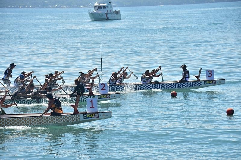DAVAO. Race to finish. First time Kadayawan Dragon Boat Festival entry Bakunawa Dragon Boat Team (Lane 3) paddles away from its rivals to claim the open small boat gold medal. (Macky Lim)