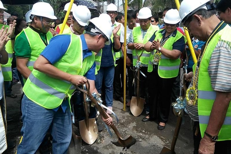 ILOILO. Iloilo Governor Arthur Defensor Jr. leads the laying of time capsule in Barangay Bongol, Janiuay with other local officials, Thursday, August 15, 2019. (Leo Solinap)