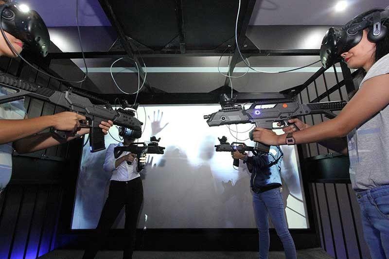 ZOMBIE CAGE: Dinhi masuwayan ang imong pagka-action star gamit nga virtual long firearms nga mopatay og zombie nga buot mokaon nimo. (Photo by Amper L. Campaña)