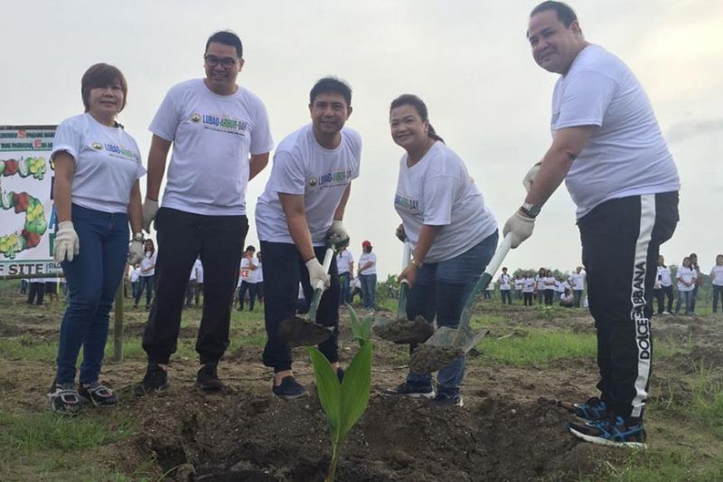 PAMPANGA. Governor Dennis Pineda, Cong. Mikee Arroyo and Lubao Mayor Esmie Pineda lead Thurday's tree planting activity in Lubao as part of the celebration of Arbor Day. Joining them are Board Member Anthony Torres and PDRRMO Chief Angie Blanco. (Photo by Princess Clea Arcellaz)