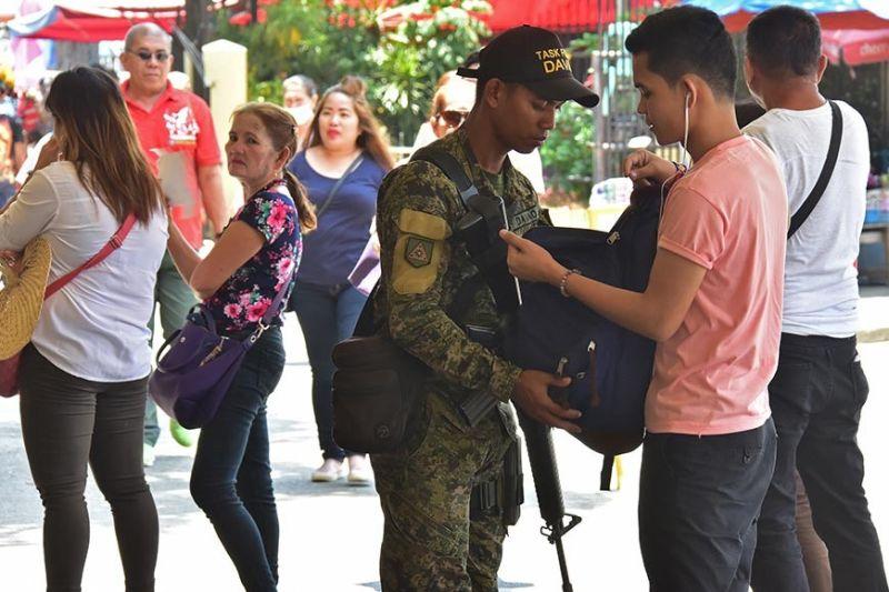 DAVAO. Gipaablihan sa personahe sa Task Force Davao ang bag sa lalaki una pa kini nisulod sa Sangguniang Panlungsod kagahapon sa buntag. Mas gihugtan pa ang seguridad sa dakbayan atol sa pagsaulog sa Kadayawan karong bulana. (Macky Lim)