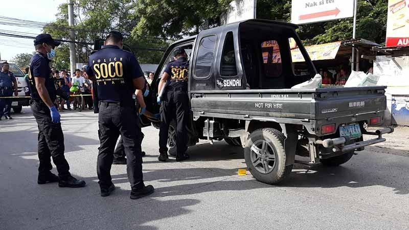 LOOKING FOR CLUES. Members of the Scene of Crime Operation team gather evidence inside the multicab of former seaman Gil Pedida Antonio, who was shot by two men riding on a motorcycle in Sitio Soong 1, Barangay Mactan, Lapu-Lapu City on Thursday morning, Aug. 15, 2019. (SunStar photo/Gregy Magdadaro)