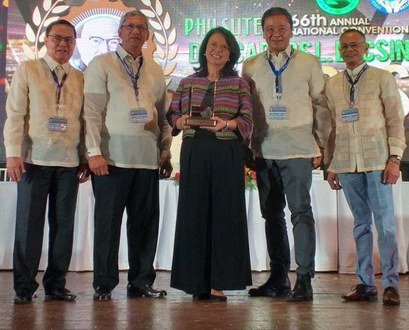 CEBU. The Philsutech DCL Award Committee members (L-R) Primitivo Rivera, Linley Retirado and Chairman Mario Palma (extreme left) confers the 2019 Don Carlos Locsin Award to former Sugar Regulatory Administrator Ma. Regina B. Martin, with her husband Louie, during the opening ceremony of the 66th Philsutech Annual National Convention in Cebu City last August 14. (Contributed photo)