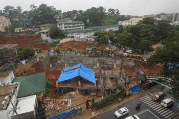 BAGUIO. The ongoing construction and the relentless rains brought about by the southwest monsoon allegedly affected the stability of the arc near the Baguio General Hospital rotunda. The road was closed Wednesday, August 14, 2019, to pave way for remedial measures. (Jean Nicole Cortes)